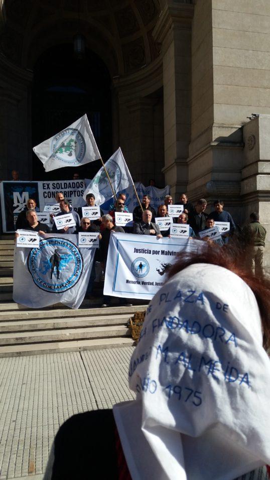 Combatentes que lutaram na Guerra das Malvinas fizeram uma manifestação em frente à sede da Corte Suprema de Justiça no centro Buenos Aires