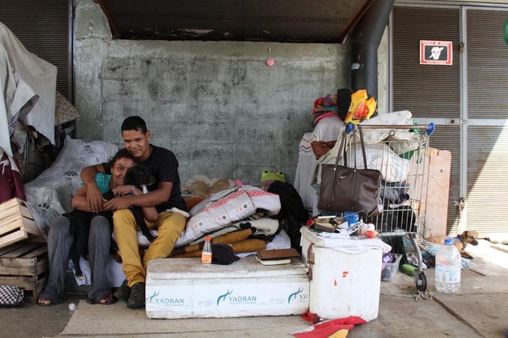 Clayton vive com a companheira, que conheceu na rua, e seus dois cachorros debaixo do viaduto da Avenida Júlio de Castilhos