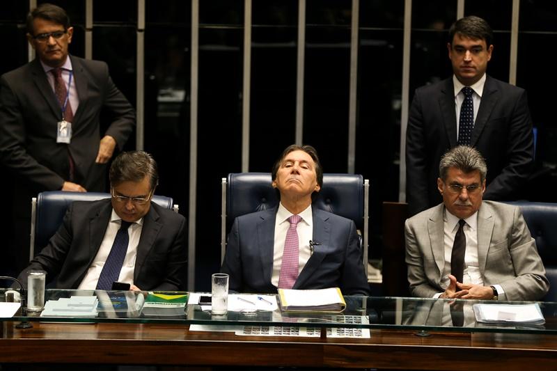 Senadores Cássio Cunha Lima, Eunício Oliveira e Romero Jucá durante sessão plenária para a votação da Medida Provisória 763/2016, que permite saque das contas inativas do FGTS
