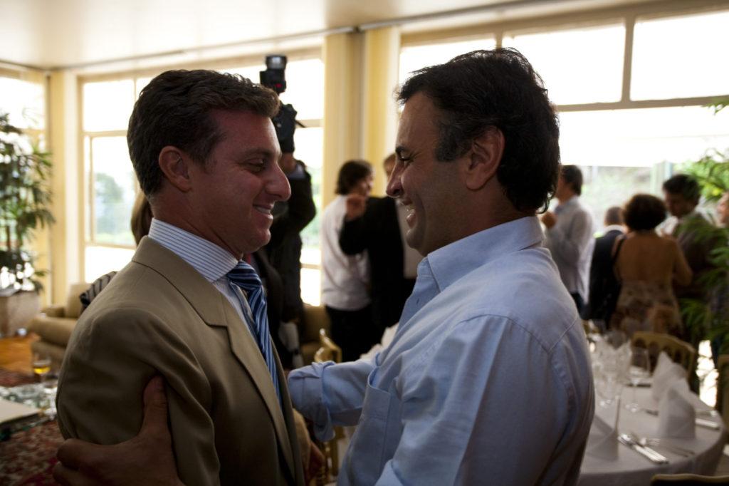 Por que Luciano Huck deletou Aécio Neves