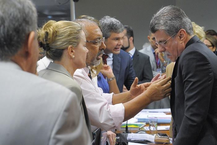 Senadores de oposição Gleisi, Paim e Farias (E) e Jucá, líder do governo, firmaram acordo para evitar o regime de urgência na análise da reforma