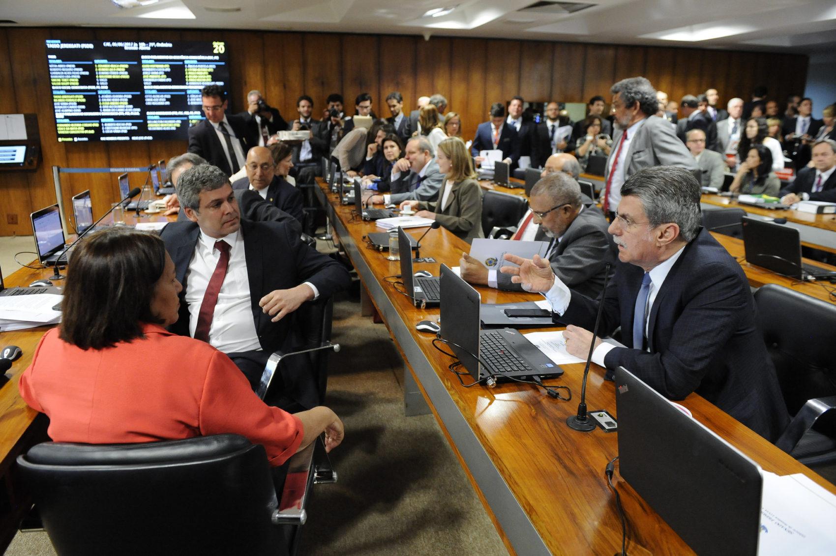 Votação da reforma na Comissão de Assuntos Econômicos teve manifestações pela rejeição ao projeto