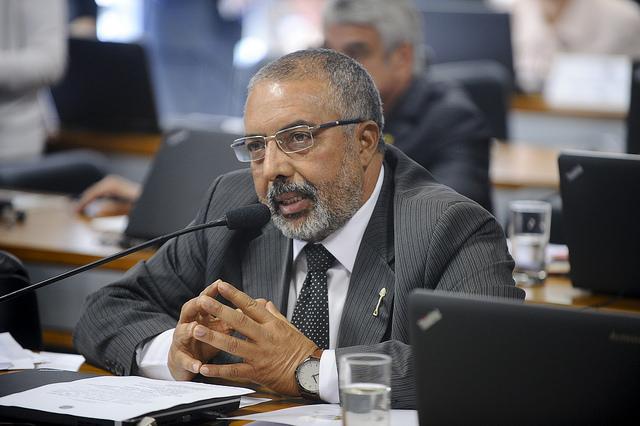 """Paulo Paim ironizou submissão dos senadores ao texto aprovado na Câmara: """"Vamos botar aqui na entrada da portaria do Senado uma fábrica de carimbos"""""""