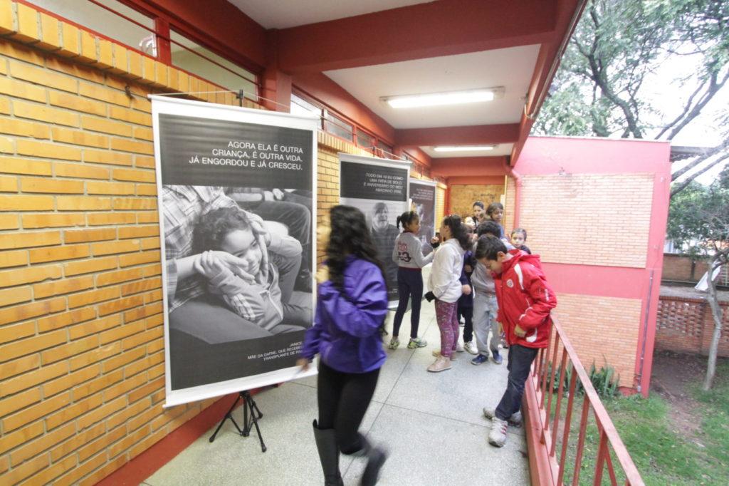 Nos corredores e em algumas salas do cartazes com imagens e frases de famílias de doadores e de pessoas que passaram por transplantes de órgãos