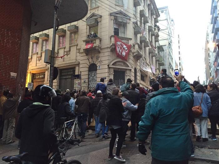 Intolerância e ódio: juíza determinou despejo de 70 famílias da Ocupação Lanceiros Negros, no centro de Porto Alegre, em uma das noites mais frias do ano. No despacho, a ordem expressa para que a ação ocorresse à noite, para