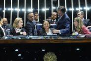 Senadoras Fátima Bezerra (PT-RN), Vanessa Grazziotin (PCdoB-AM), Gleisi Hoffmann (PT-PR) e Regina Sousa (PT-PI) ocuparam o plenário do Senado nesta terça-feira, na votação da reforma trabalhista. Elas receberam o apoio das senadoras Lídice da Mata (PSB-BA), Kátia Abreu (PMDB-TO) e também de deputados e deputadas. O presidente do Senado, Eunício Oliveira, encerrou a sessão e mandou cortar o serviço de som e a iluminação do Plenário | Foto: Edilson Rodrigues/ Agência Senado