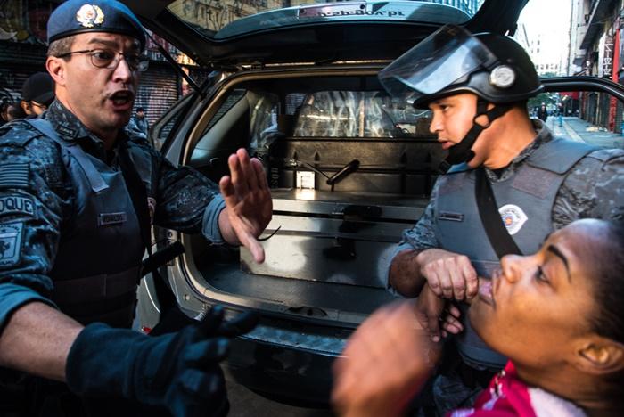 """Arbitrariedade: PM detém sem-teto para """"averiguação"""" após fotografar manifestação por moradia no centro de São Paulo"""