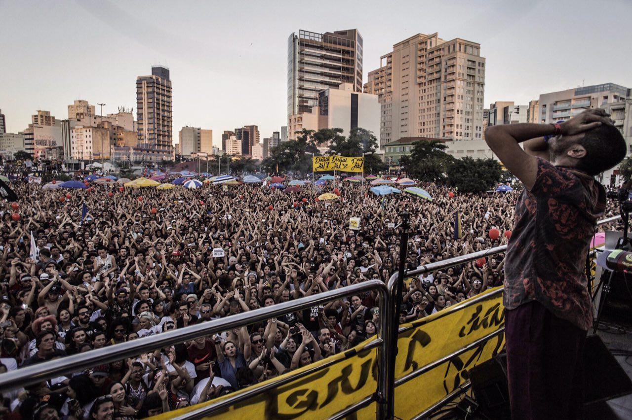 Criolo, em ato-show por Diretas Já em junho, que teve público superior a 100 mil manifestantes em São Paulo