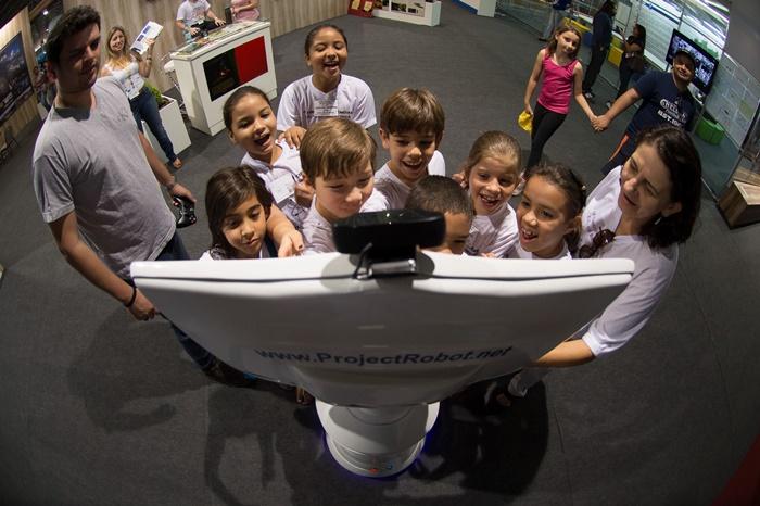 O robô de telepresença R1T1, primeiro da América Latina, chama atenção no pavilhão de exposição da 11ª Semana Nacional de Ciência e Tecnologia, em Brasília, em 2014, durante o governo Dilma