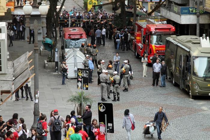 Durante todo o dia, a quadra do prédio ocupado, entre as ruas João Manoel e Caldas Júnior, ficou isolada pela Tropa de Choque da BM