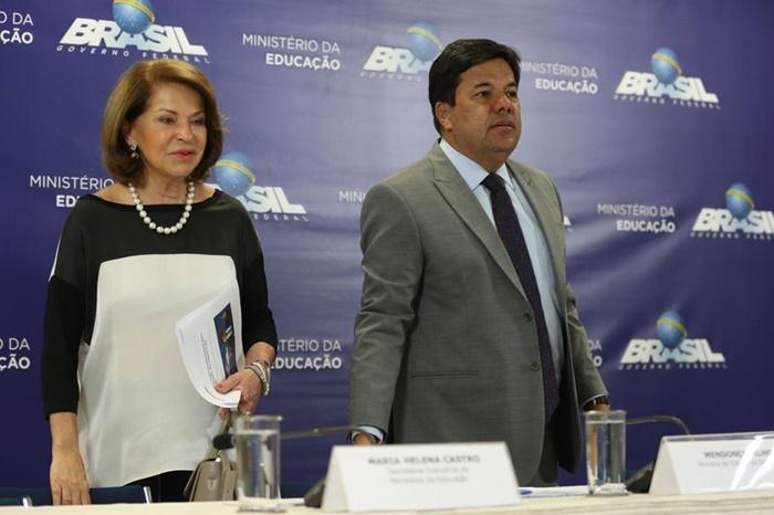 Em coletiva com a secretária executiva do MEC, Maria Helena Castro, o ministro da Educação, Mendonça Filho, disse que as matrículas caíram por desânimo dos jovens e culpou as famílias por empurrá-los ao mercado de trabalho
