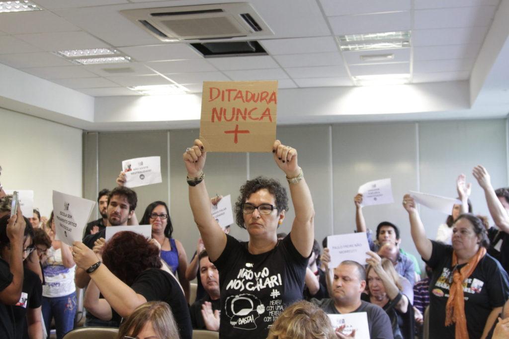 Em protesto silencioso professores e estudantes lotaram as cadeiras contra projeto que retira liberdade de docentes
