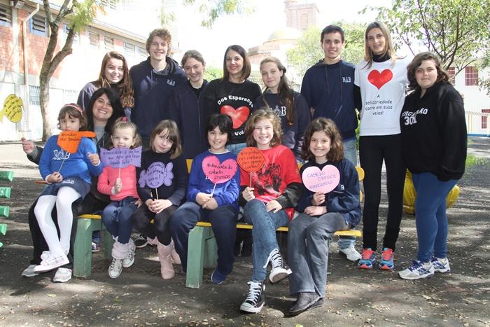 Alunos da escola Rainha do Brasil, incentivando a doação de cabelos