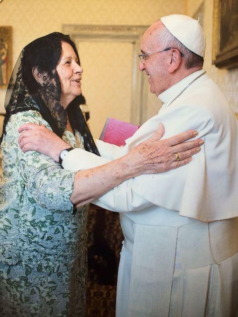 """Recebida em audiência privada pelo Papa Francisco, no Vaticano, em abril de 2015, Nita entregou ao pontífice uma caixa com todos os livros de Freire a Francisco que, segundo ela, disse já ter lido """"Pedagogia do Oprimido"""""""