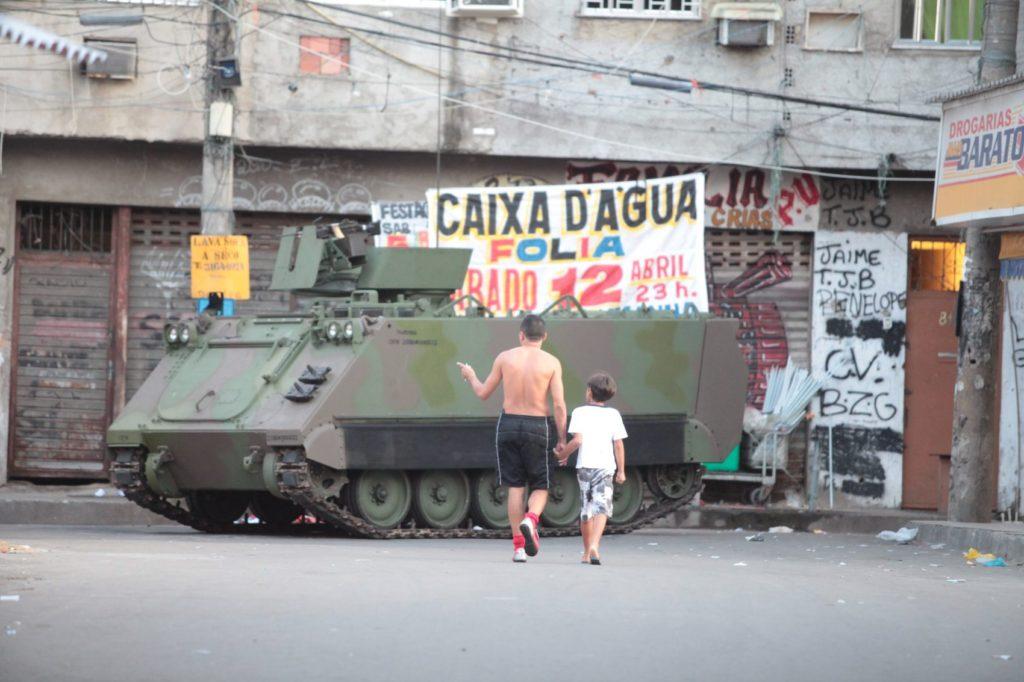 Forças de segurança ocupam o complexo da Maré, no Rio de Janeiro