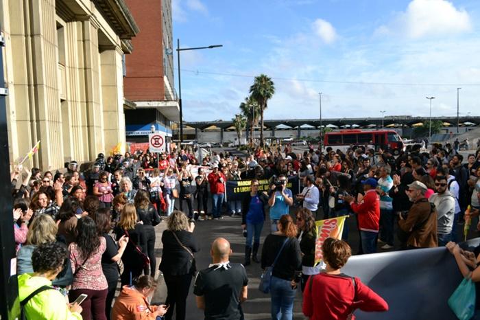 Em greve desde o dia 5, municipários denunciam projeto que retira direitos e parcelamento de salários
