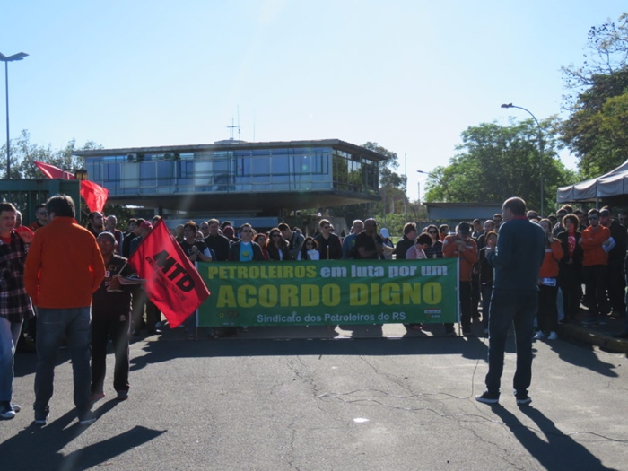 Ato na Refap reuniu petroleiros, metalúrgicos, bancários, professores e movimentos sociais