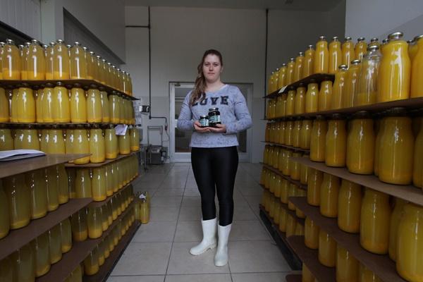 Produtos de agroindústrias e alimentos orgânicos in natura são comercializados pelo MST. Desde 1991, famílias estão organizadas na Cooperativa dos Assentamentos de Reforma Agrária do Rio Grande do Sul (Coceargs), em Nova Santa Rita. Segundo Vanessa Malinski, são produzidos por dia 400 litros de suco de laranja e 400 vidros de geleia de amora e uva
