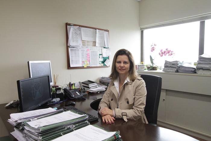 """A promotora Daniele Teixeira faz acompanhamento da adequação recomendada pelo MP às escolas privadas de Porto Alegre: """"É um processo de formação de cultura, em que todo mundo ganha"""""""