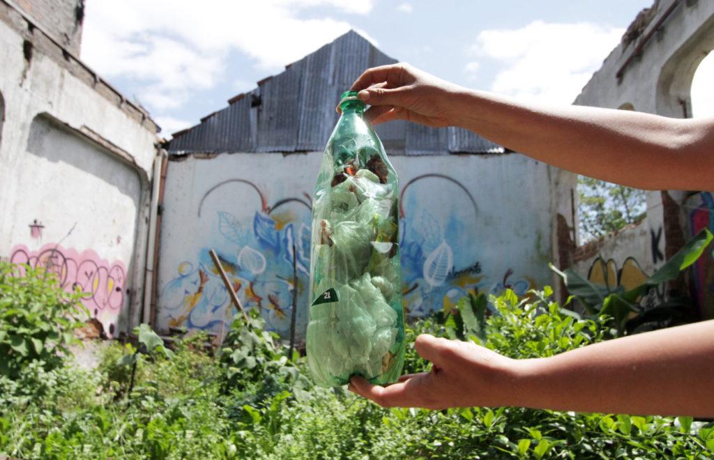 Entre os materiais apreendidos na Ocupação Pandorga estão garrafas PET com plásticos recicláveis, que foram divulgados em segmentos da grande imprensa como coquetéis molotov