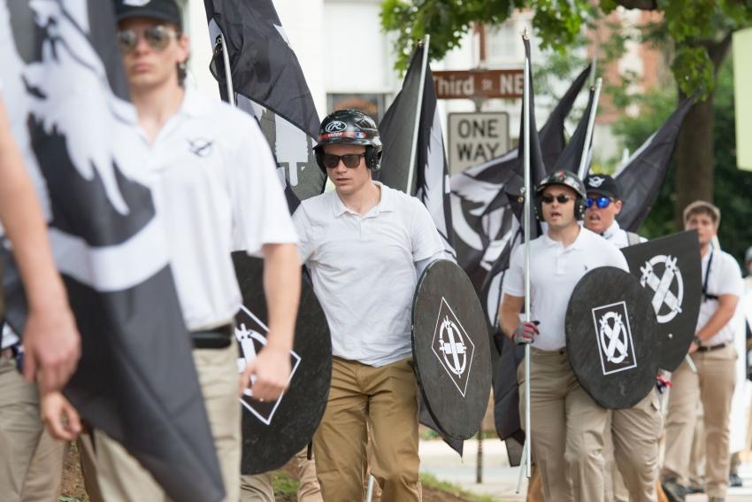 simpatizantes fascistas desfilaram com bandeiras de defensores da supremacia branca em Charlottesville, em 12 de agosto
