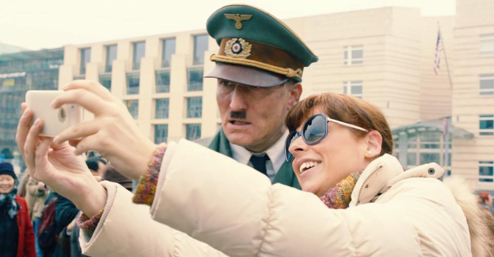 Nas 300 horas de filmagem de Ele Está de Volta (Er Ist Wieder Da, 2015), apenas duas pessoas reagiram negativamente à presença de Hitler , enquanto a maioria fazia selfies e reclamava dos migrantes