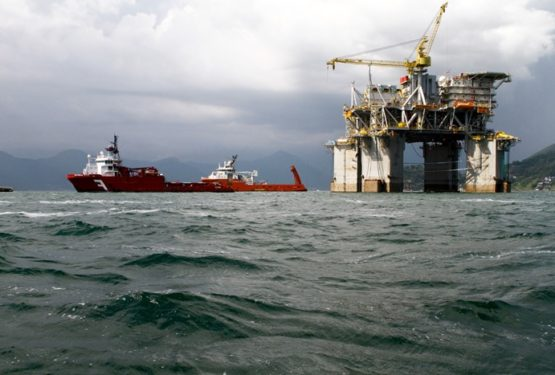 Em janeiro de 2014, a Plataforma P61 era rebocada para a Bacia de Campos. No ano seguinte, o país perderia a vez na exploração do pré-sal | Foto: Petrobras/ Divulgação