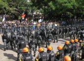 Extinção de nove fundações contida no pacote de dezembro do governo Sartori enfrentou forte resistência popular durante a votação na Assembleia Legislativa, que foi ocupada pela tropa de choque da Brigada Militar | Foto: Igor Sperotto