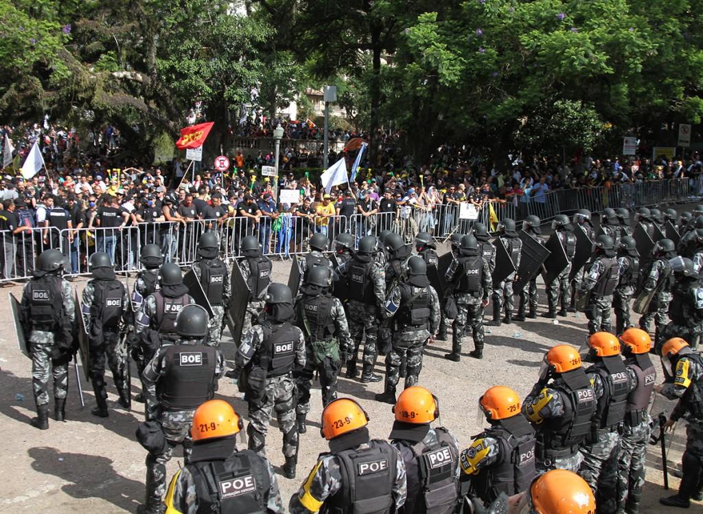 Extinção de nove fundações contida no pacote de dezembro do governo Sartori enfrentou forte resistência popular durante a votação na Assembleia Legislativa, que foi ocupada pela tropa de choque da Brigada Militar