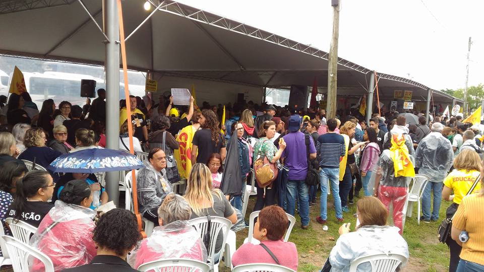 Reunidos no Parque Farroupilha, professores contrariaram orientação do Cpers e votaram por permanecer em greve