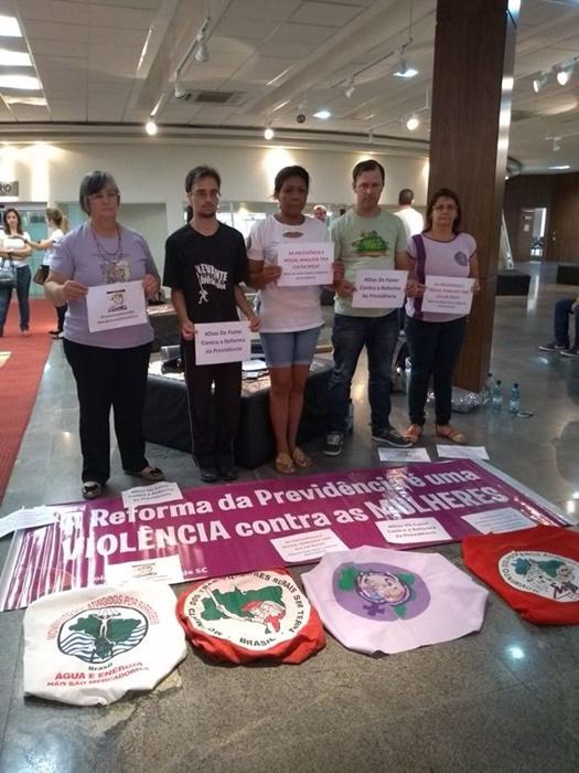 Vigília contra a Reforma da Previdência na Assembleia Legislativa de Santa Catarina reúne militantes do MMC/SC, MPA/SC, MAB/SC e MST/SC, que receberam apoio do Levante Popular da Juventude