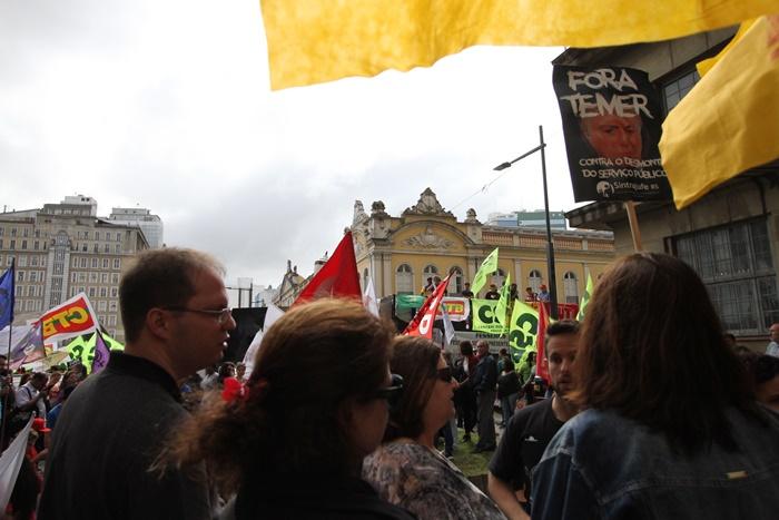 Ato e caminhada organizado pelas centrais sindicais paralisaram centro da capital até o início da tarde