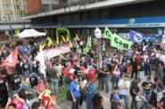 Em abraço simbólico ao prédio do INSS no centro de Porto Alegre, manifestantes alertaram sobre armadilhas ocultas na proposta de reforma da Previdência | Foto: Igor Sperotto