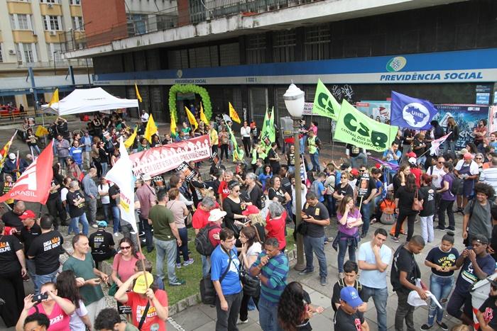 Em abraço simbólico ao prédio do INSS no centro de Porto Alegre, manifestantes alertaram sobre armadilhas ocultas na proposta de reforma da Previdência