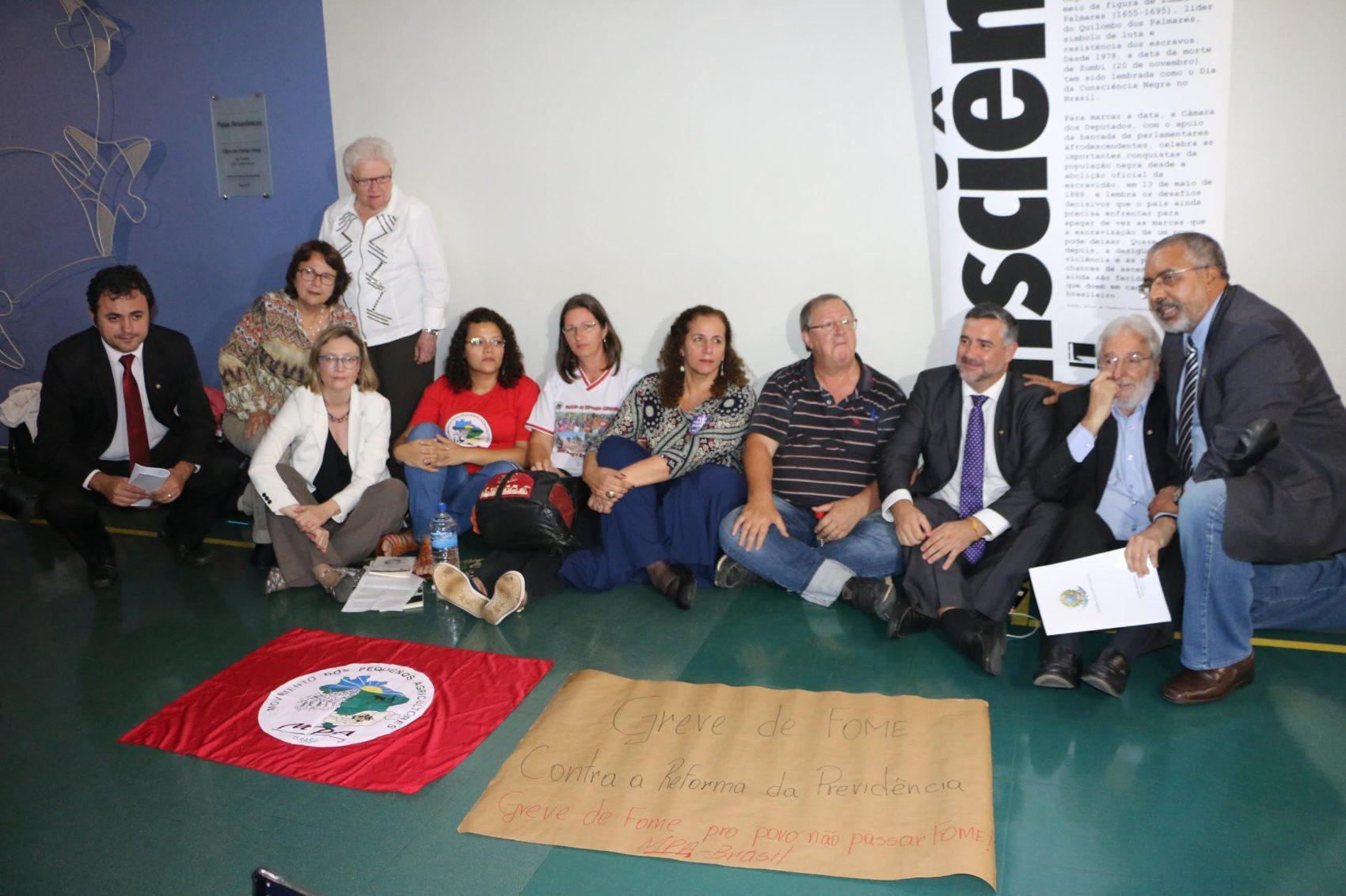 Os manifestantes receberam apoio de deputados e senadores