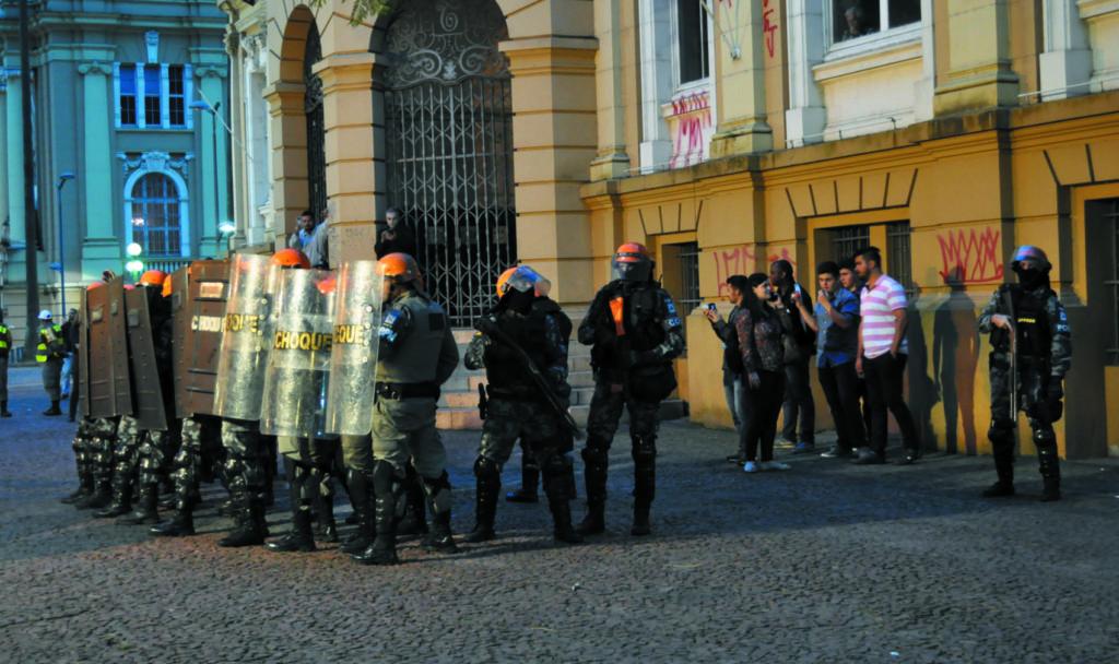Militantes do MBL gaúcho protegidos pela polícia diante do Santander Cultural, em agosto