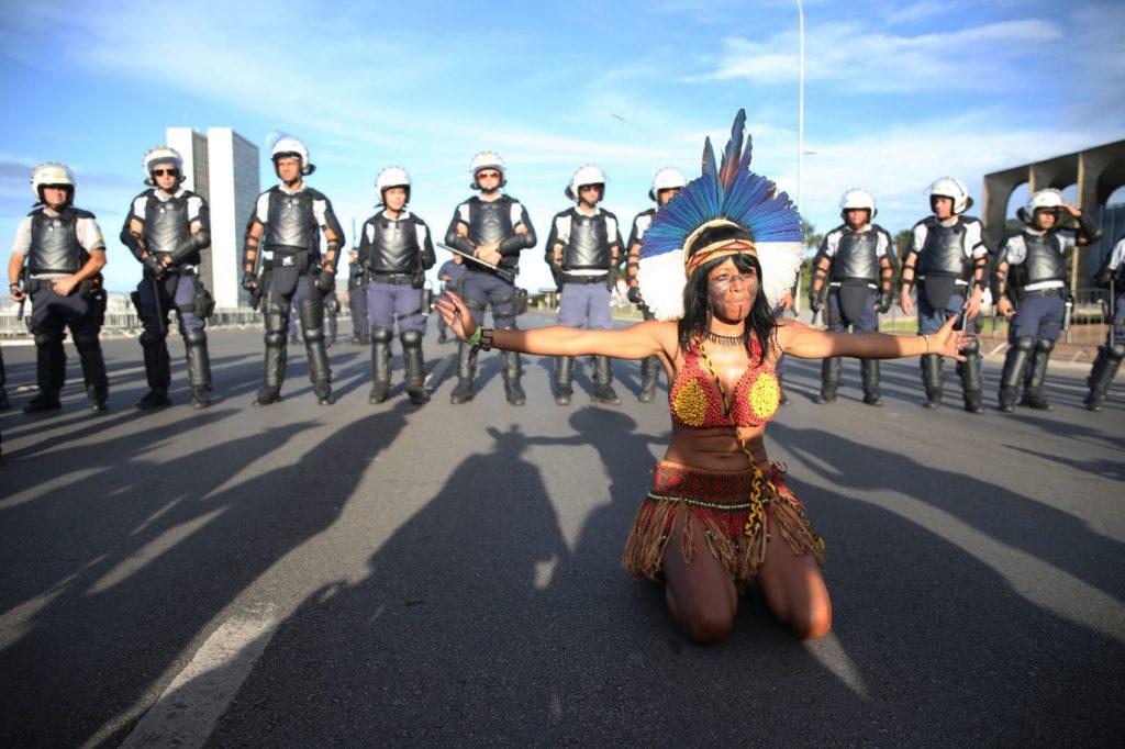 Indígenas fazem manifestação na Esplanada dos Ministérios em Brasília