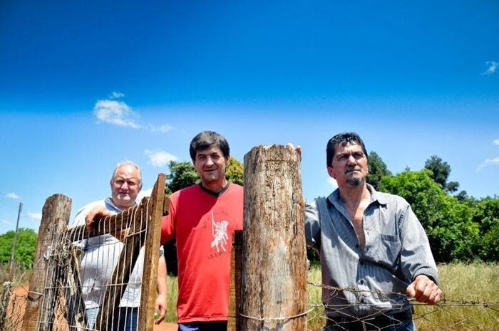 Mário Lil, Isaías Vedovatto (C) e Darci Maschio atuaram na liderança da ocupação e ainda hoje são assentados na Annoni