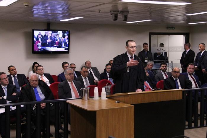 O advogado de defesa de Lula, Cristiano Zanin, se pronunciou na abertura do julgamento e fará sustentação oral por último