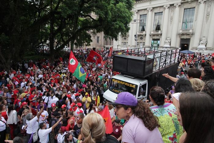Um inusitado corte de energia deslocou a mobilização do auditório Dante Barone para a frente do Palácio Piratini
