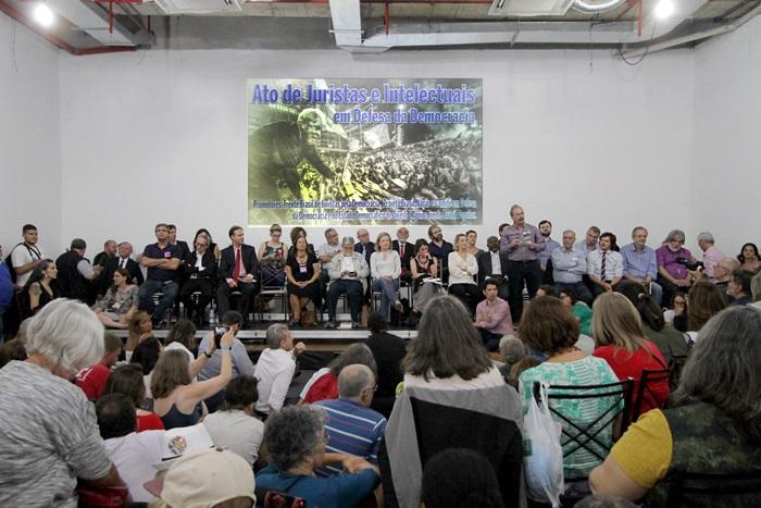 O encontro Juristas pela Democracia reuniu especialistas, intelectuais e ativistas na sede da Fetrafi, em Porto Alegre, na noite de segunda-feira