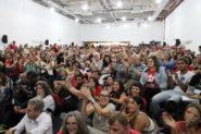 Durante cerca de três horas ocorreram manifestações e foram lidas mensagens enviadas de outros estados e países ao Encontro de Juristas pela Democracia, que lotou o auditório da Fetrafi, no centro de Porto Alegre | Foto: Igor Sperotto