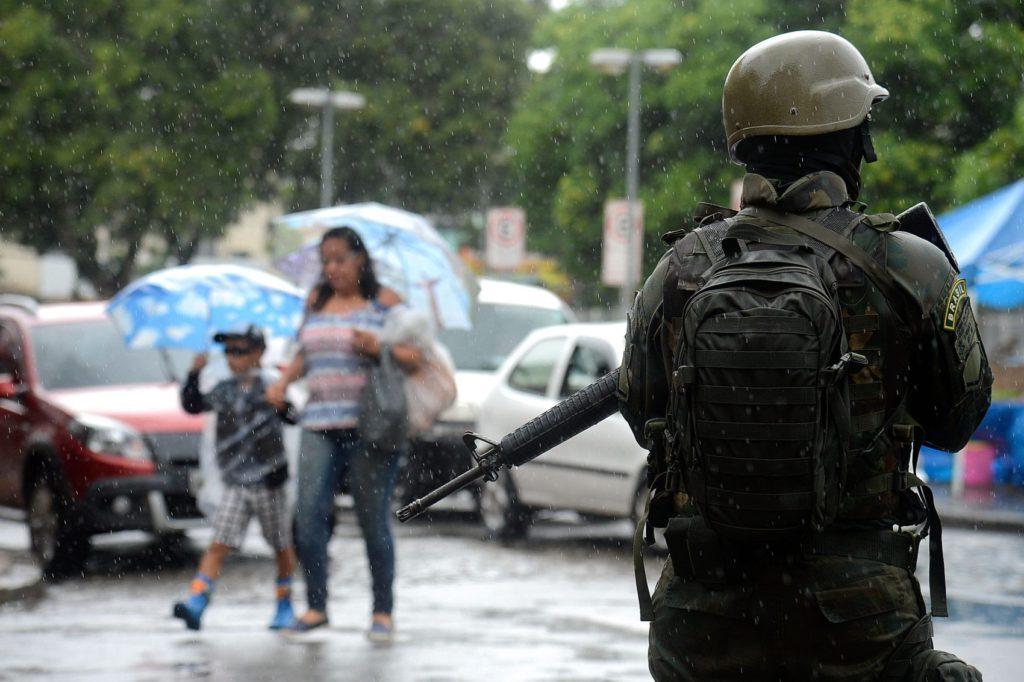 Rio de Janeiro - Forças Armadas fazem operação conjunta com as polícias Civil e Militar em comunidades na zona oeste da cidade. Os militares estão apoiando ações nas comunidades de Vila Kennedy, Vila Aliança e Coreia (Tânia Rêgo/Agência Brasil)
