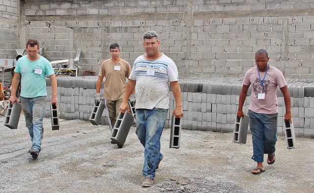 Produção de blocos de concreto pelos internos da Apac Lagoa da Prata (MG)