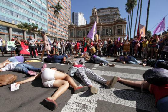 Para denunciar os feminicídios, mortes identificadas como crime de ódio motivados pela condição de gênero, as mulheres deitaram no asfalto e suas silhuetas foram pintadas com giz no asfalto