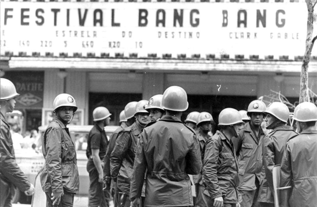 Policiais militares no Rio de Janeiro, em 1968, ano do AI-5, durante uma manifestação