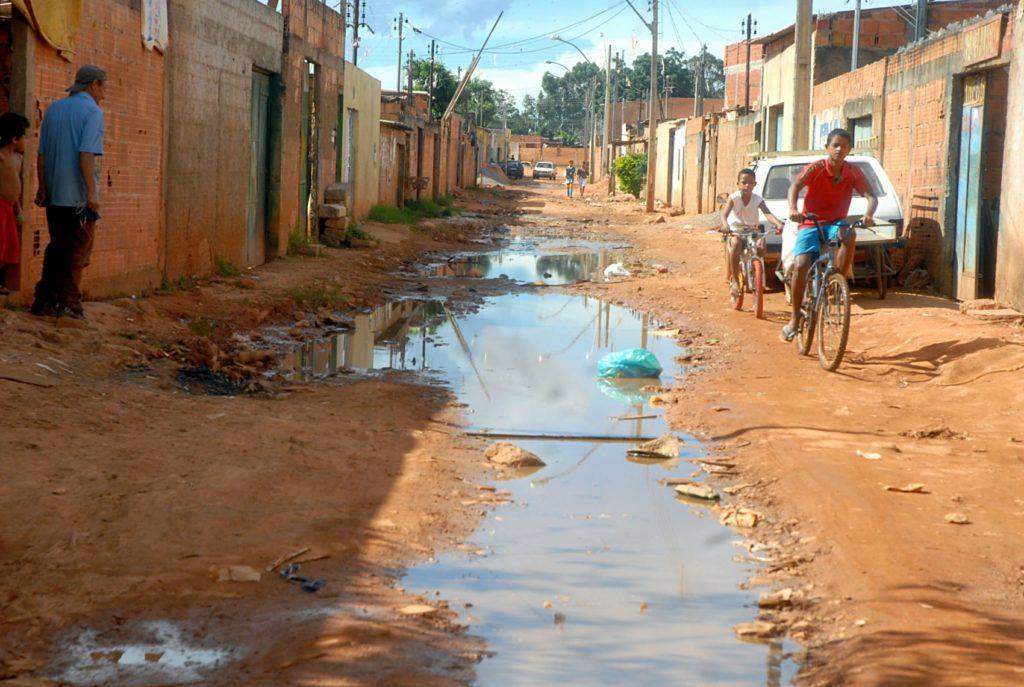Esgotos a céu aberto ainda são comuns e várias localidades brasileiras