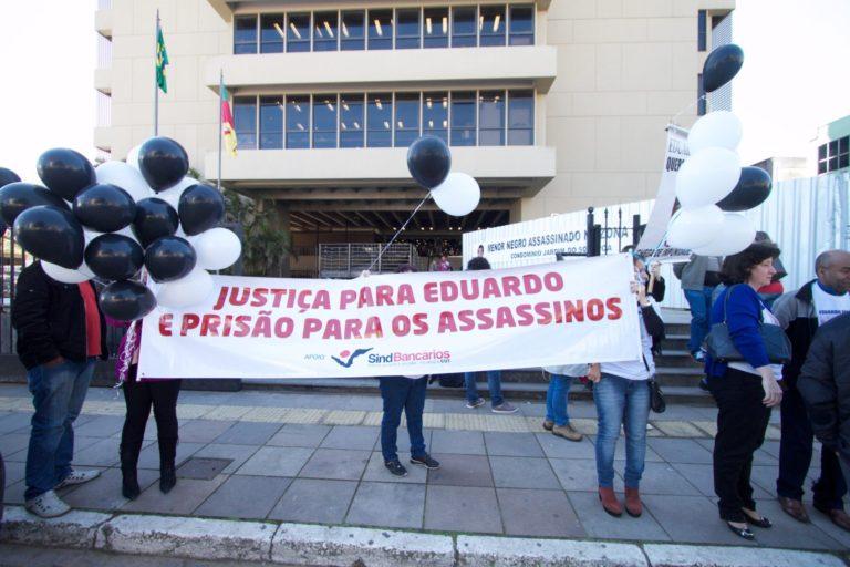 Manifestação de familiares e colegas de Eduardo durante audiência em 2016