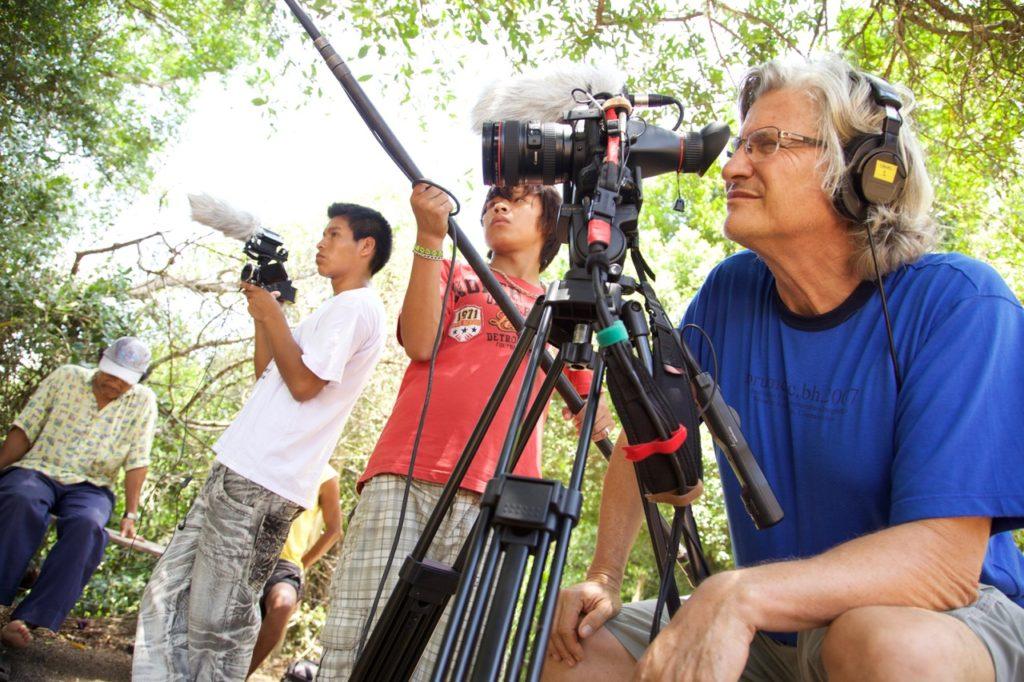 O cineasta Vincent Carelli entre os Mbya Guarani, captando imagens para a ONG vídeo nas Aldeias