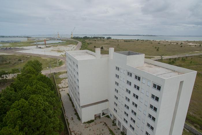 Animada com a ocupação de 90% dos 550 leitos no auge da construção das plataformas, rede hoteleira investiu R$ 15 milhões na construção de um hotel executivo, mas a obra ficou inacabada